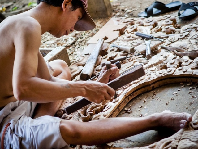 A carvers in Kim Bong village